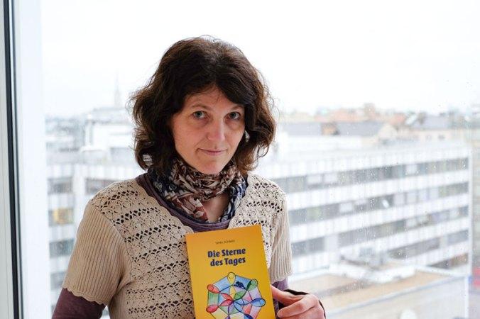 Glücklich mit ihrem Buch und über die Erfahrungen mit dem novum Verlag: Sana Schmid.
